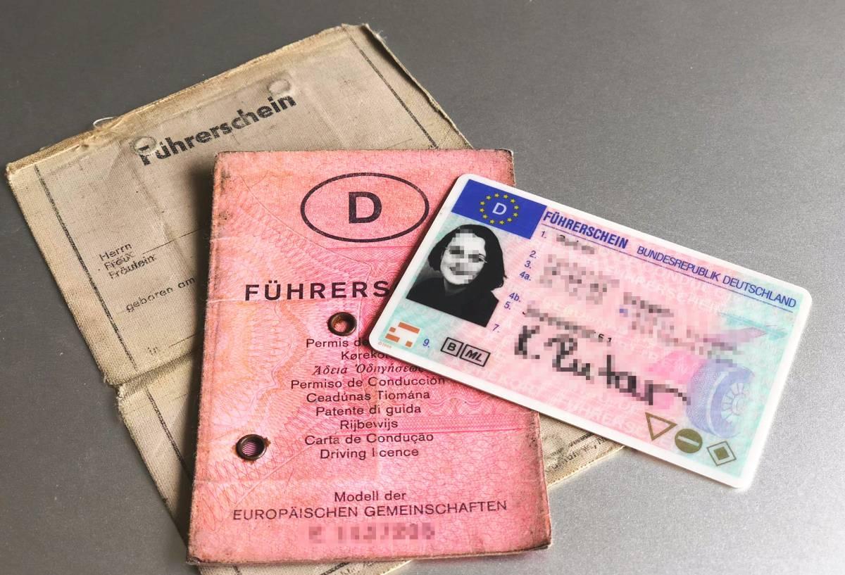 Bild vom ganz alten graue Führerschein, dem alten rosafarbenen Führerschein und dem aktuellen EU-Führerschein