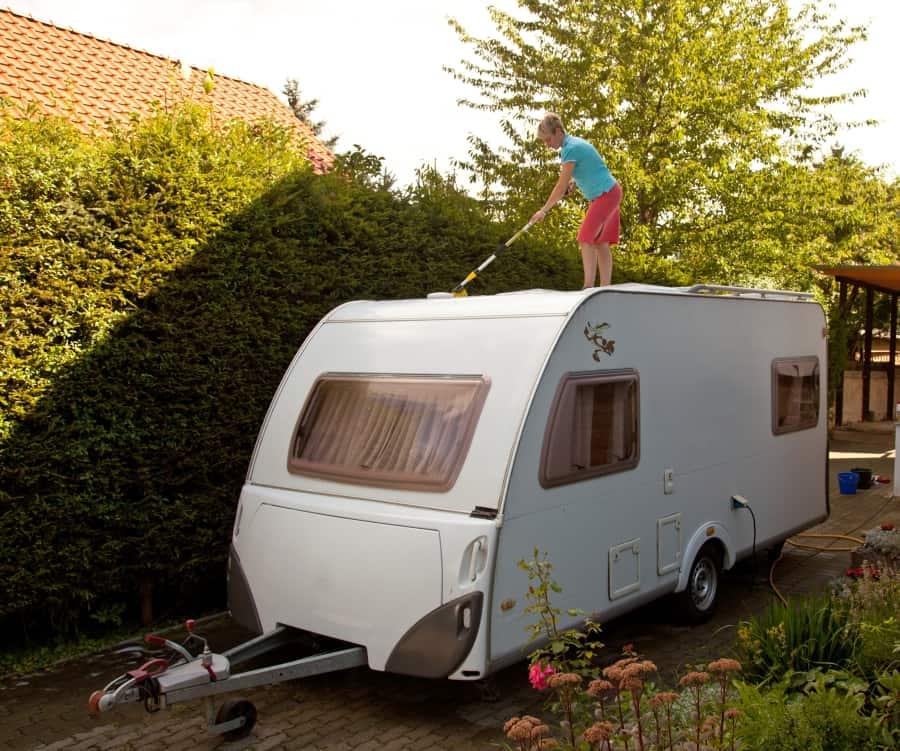 Wohnwagen von außen Reinigen und dabei auf das Dach steigen - ein Fehler?
